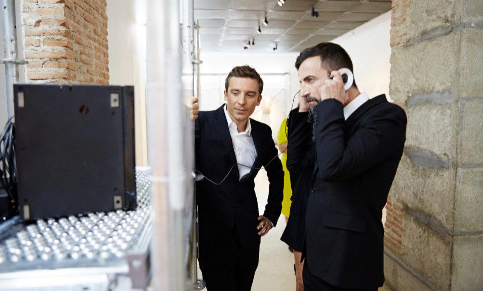 Nicolas Ghesquière y Julien Dossena viendo la exposición.