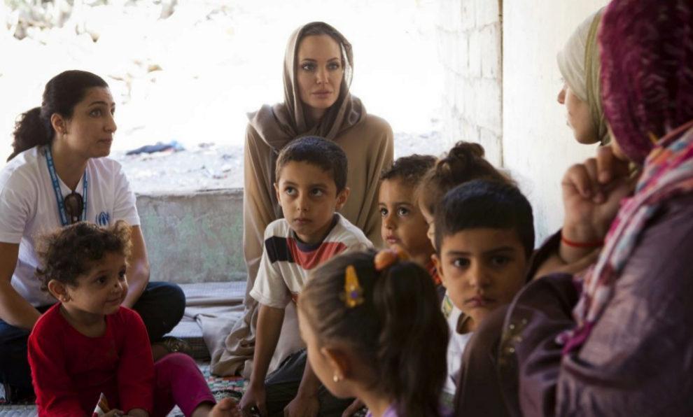 Angelina Jolie, con niños y mujeres refugiados.