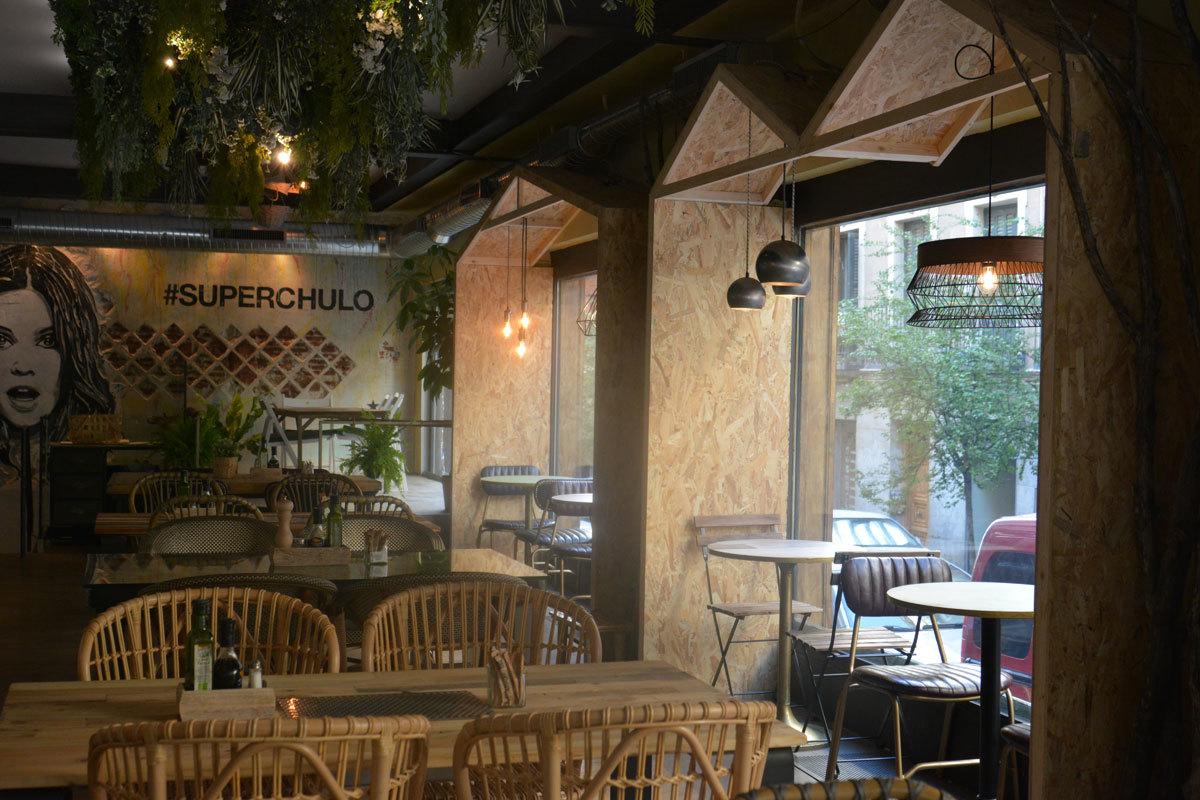En Superchulo (Manuela Malasaña, 11. Madrid) te encontrarás con un...
