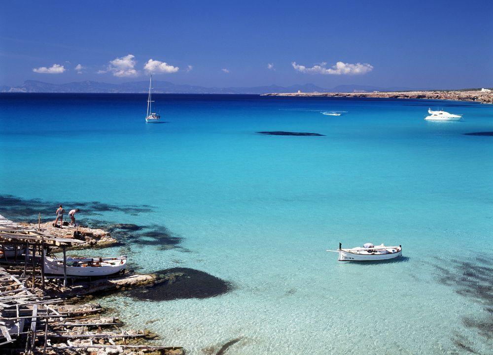 Las aguas cristalinas de las playas de Formentera constituyen un...