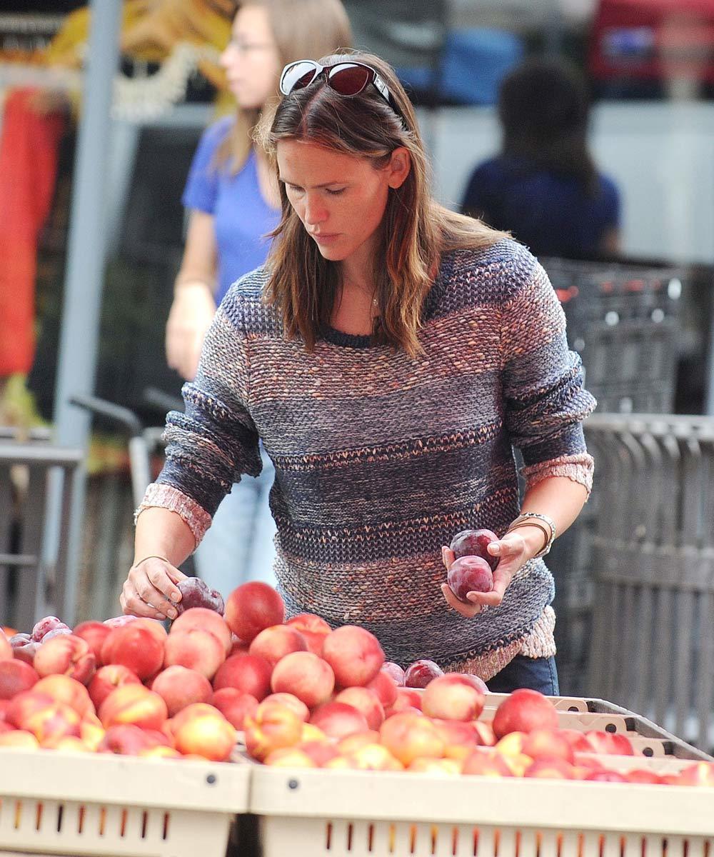 Jennifer Garner comprando ciruelas en Los Ángeles, otra de las frutas...