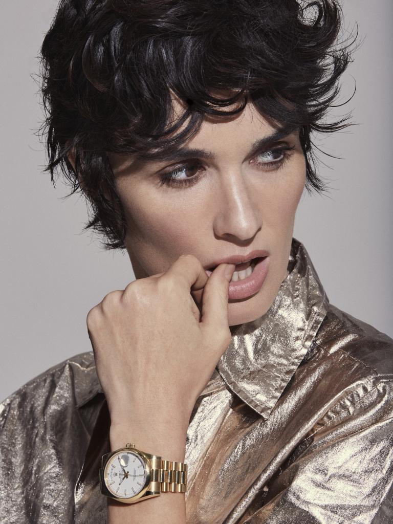 Paz Vega lleva camisa metalizada de Antik Batik y reloj Rolex.