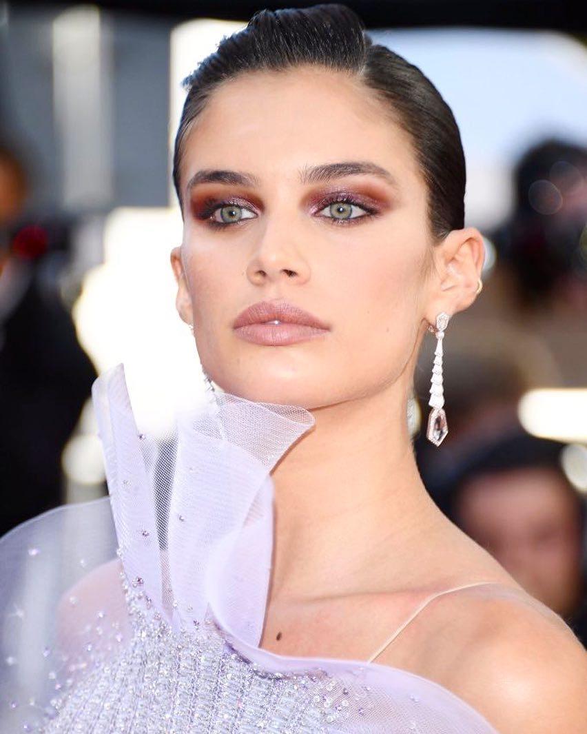 Sara Sampaio, con sus ojos verdes, siempre le quedará bien este look...