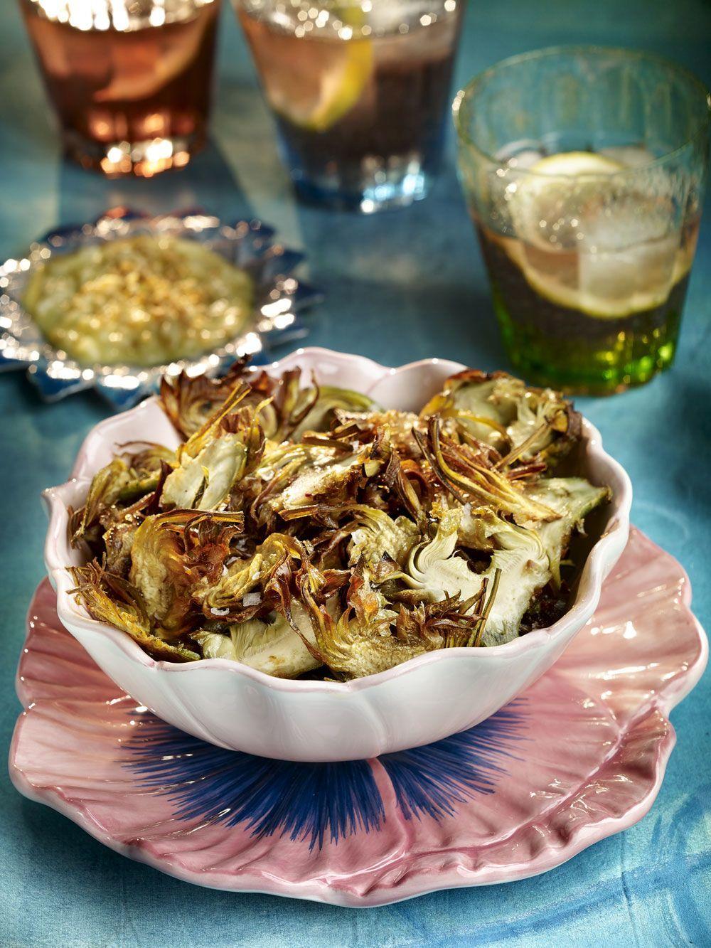 Lascas de alcachofas fritas con salsa de hinojo