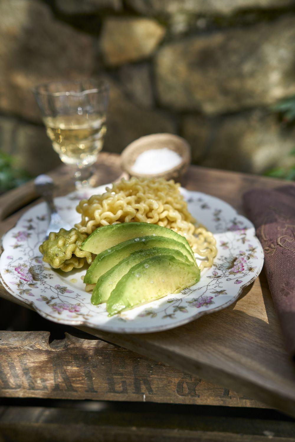 Pasta al pesto con aguacate y anacardos