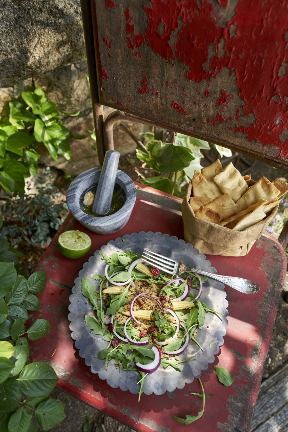 Ensalada de quinoa con rúcula, arándanos y maíz