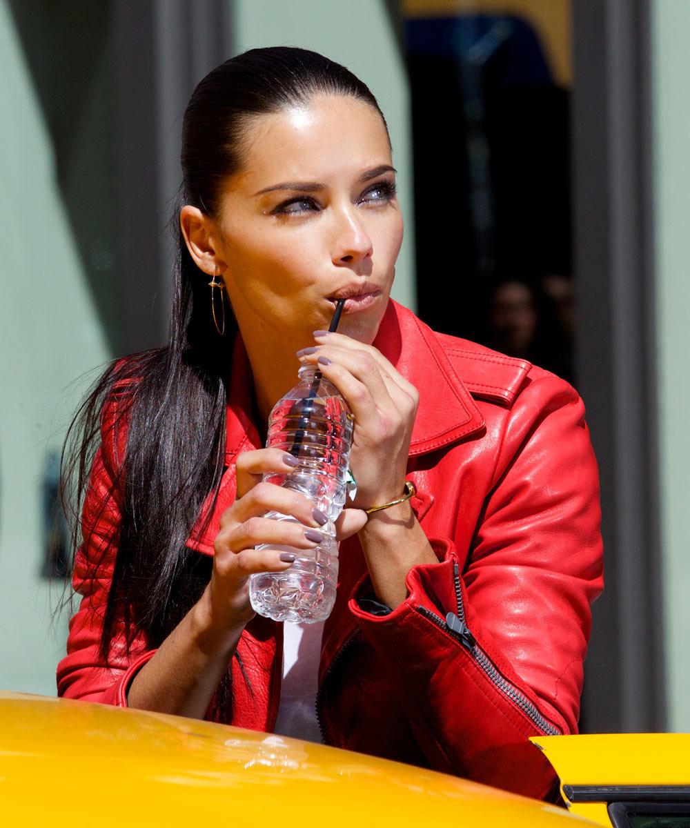 Bebe agua entre comidas pero limita su ingesta mientras comes para...