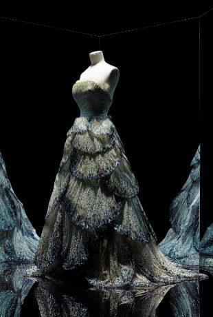 Vestido de noche en tul bordado de paillettes. © Photo Les Arts...