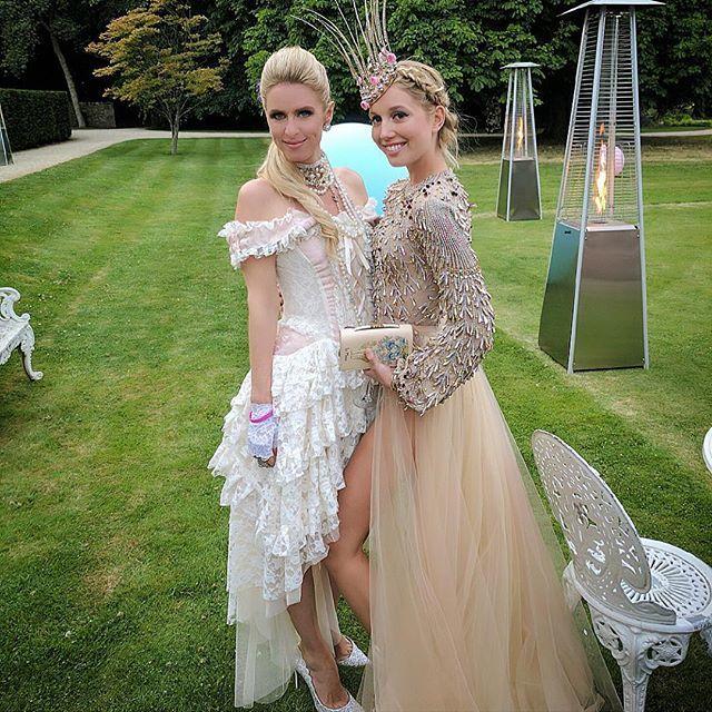 A la derecha Olympia junto con Nicky Hilton en su fiesta de...