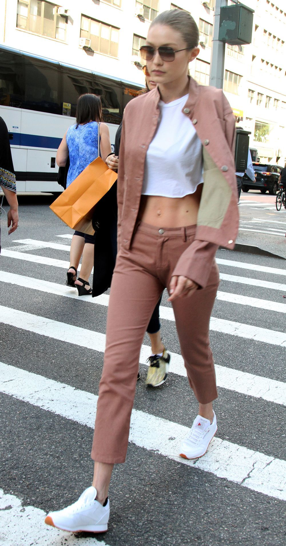 Gigi Hadid utiliza de forma habitual deportivas blancas muy cuidadas e...