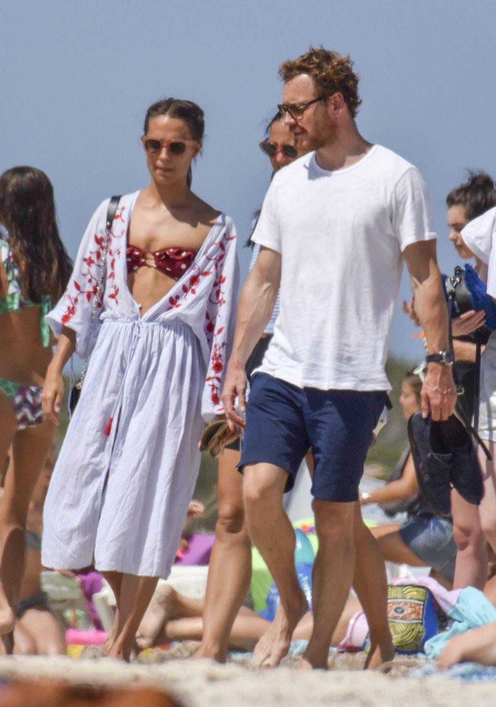 Alicia Vikander y Michael Fassbender paseando por la playa de...