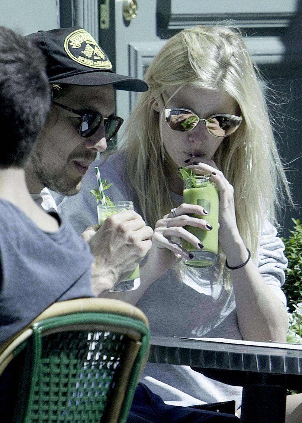 Lara Stone también se apunta a las bebidas que le ayudan a mantenerse...