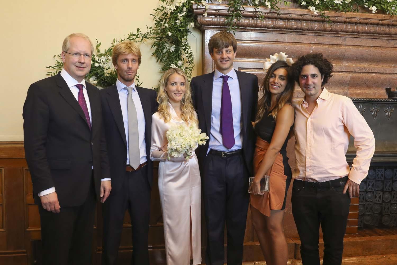 Los novios con sus testigos en la ceremonia civil que celebraron el...