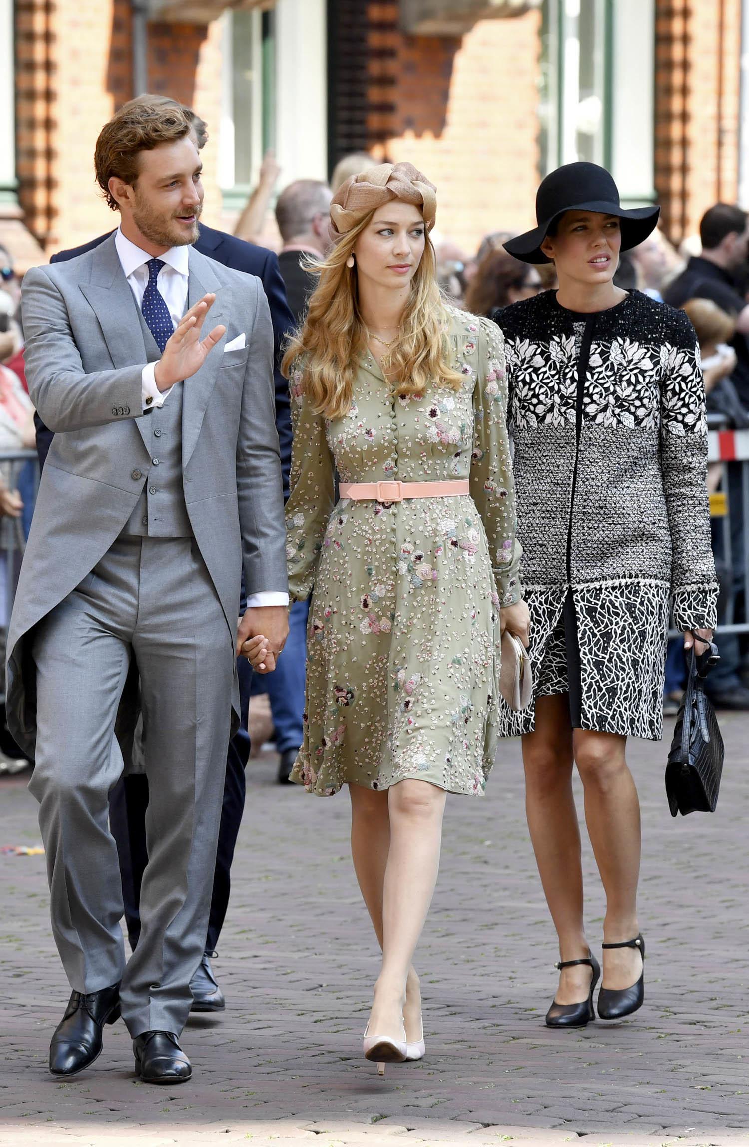 Pierre Casiraghi junto a su mujer Beatriz Borromeo. Detras Carlota...