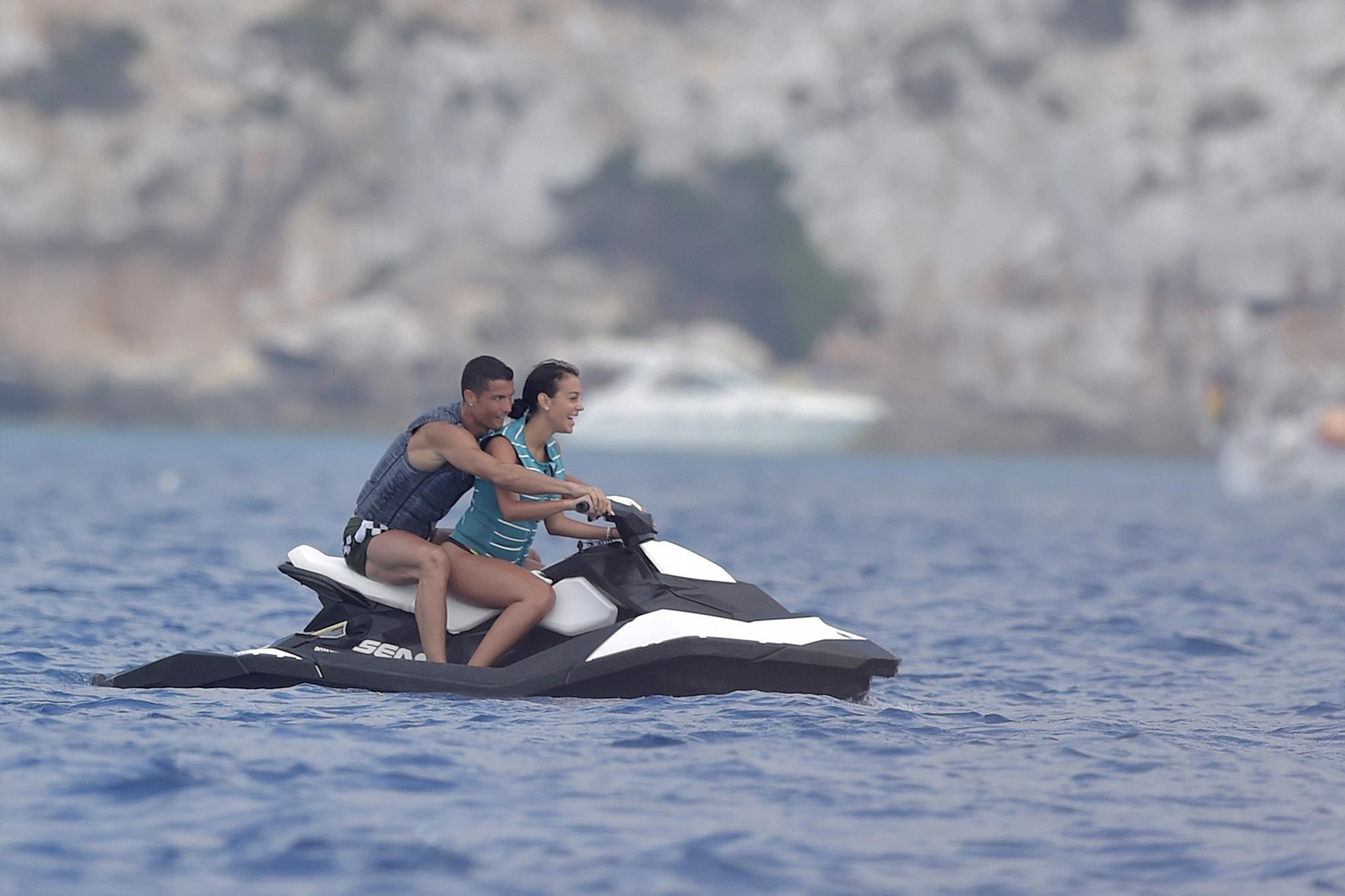 La pareja aprovechó para hacer deporte a bordo de una moto acuática