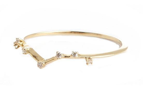 Anillo de oro amarillo de 18 K y diamantes. De Sansoeurs. 605 euros.