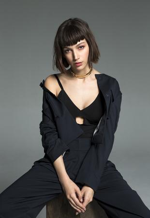 La actriz Úrsula Corberó lleva traje de chaqueta de EMPORIO ARMANI,...