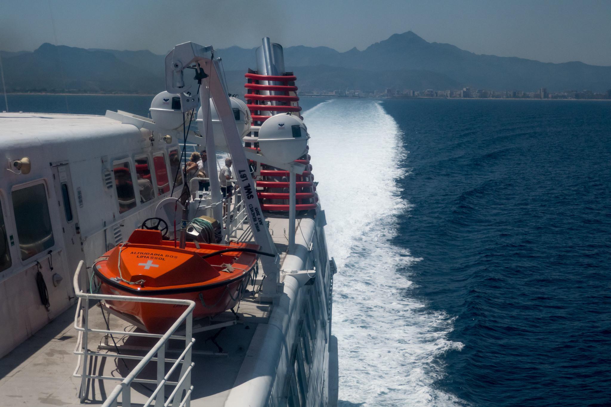 La popa del buque rápido El Almudaina, de la compañía...