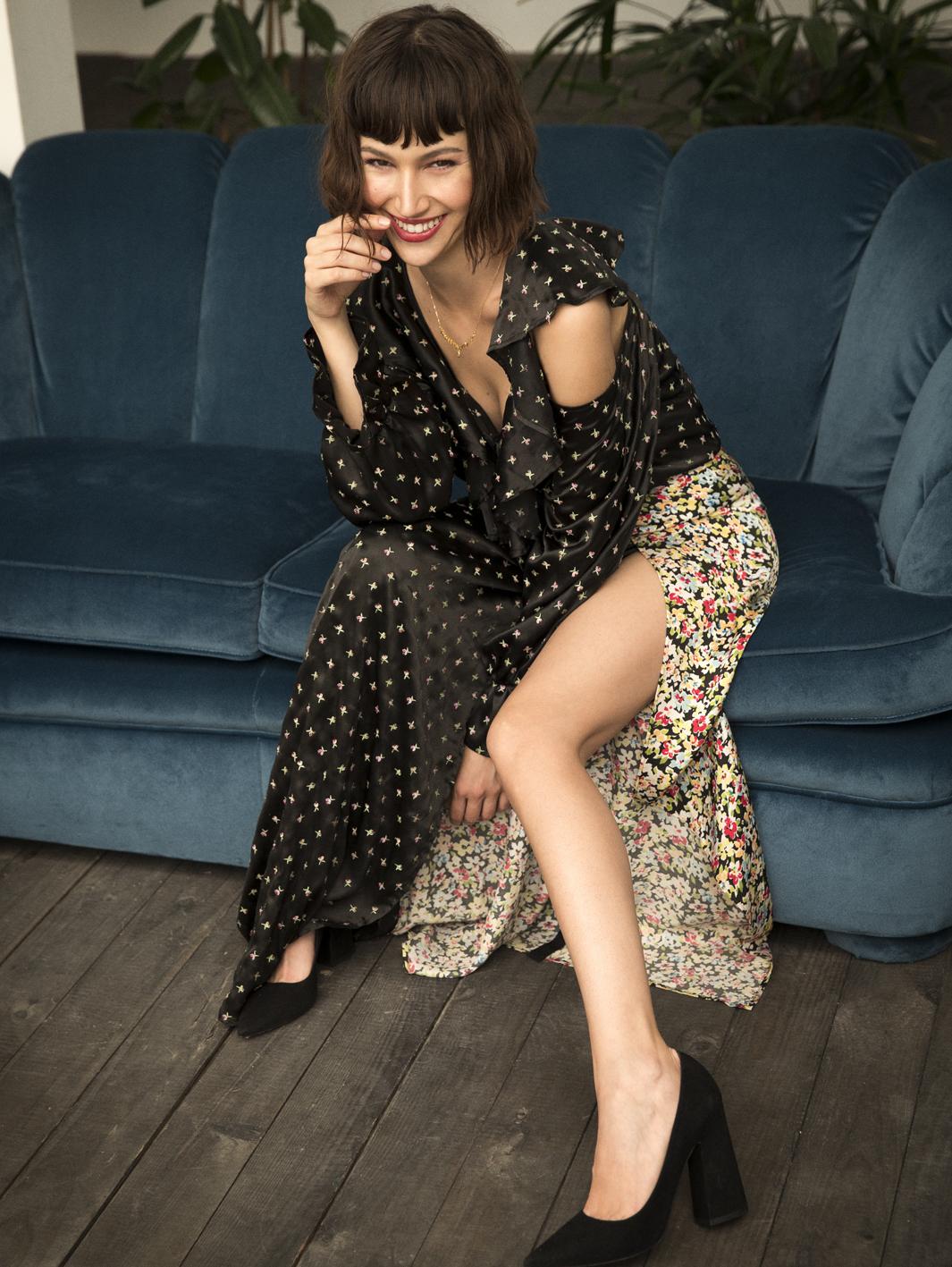 Úrsula lleva blusa y falda en patchwork, ATTICO y zapatos, PURA...