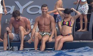 Cristiano y Georgina disfrutan a bordo de un lujoso barco en...