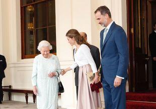 Los reyes Letizia y Felipe se despiden de la reina Isabel II.