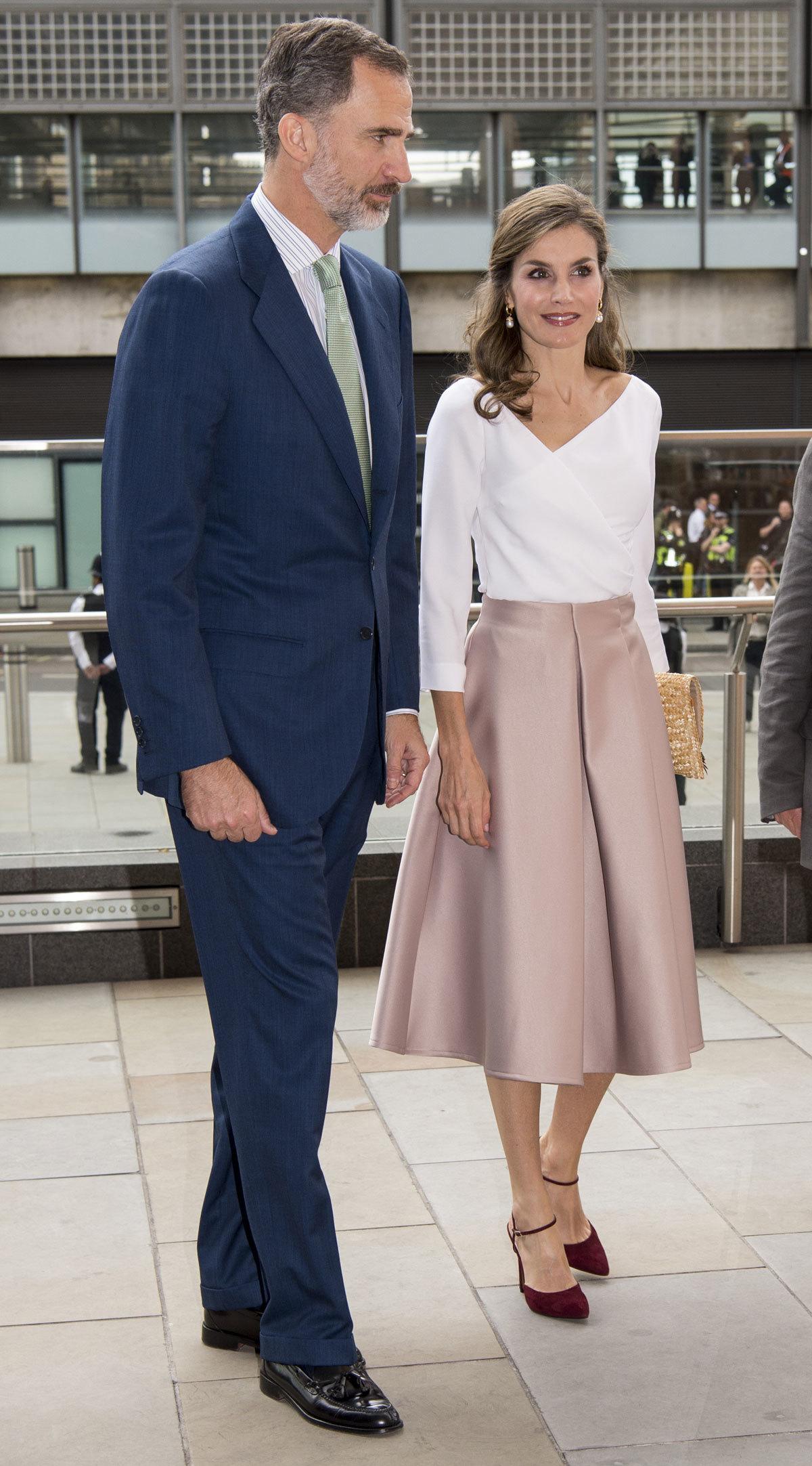 Para la ocasión, la reina Letizia eligió falda rosa palo de Topshop...