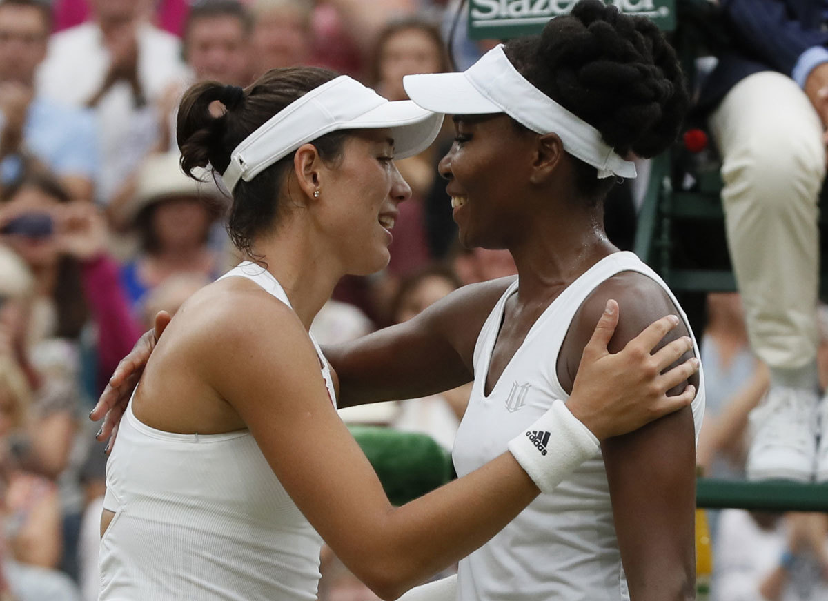 Garbiñe Muguruza y Venus Williams tras enfrentarse en la final...