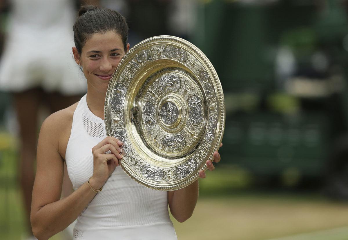 Garbiñe Muguruza alza la Rosewater Dish, trofeo para la campeona de...