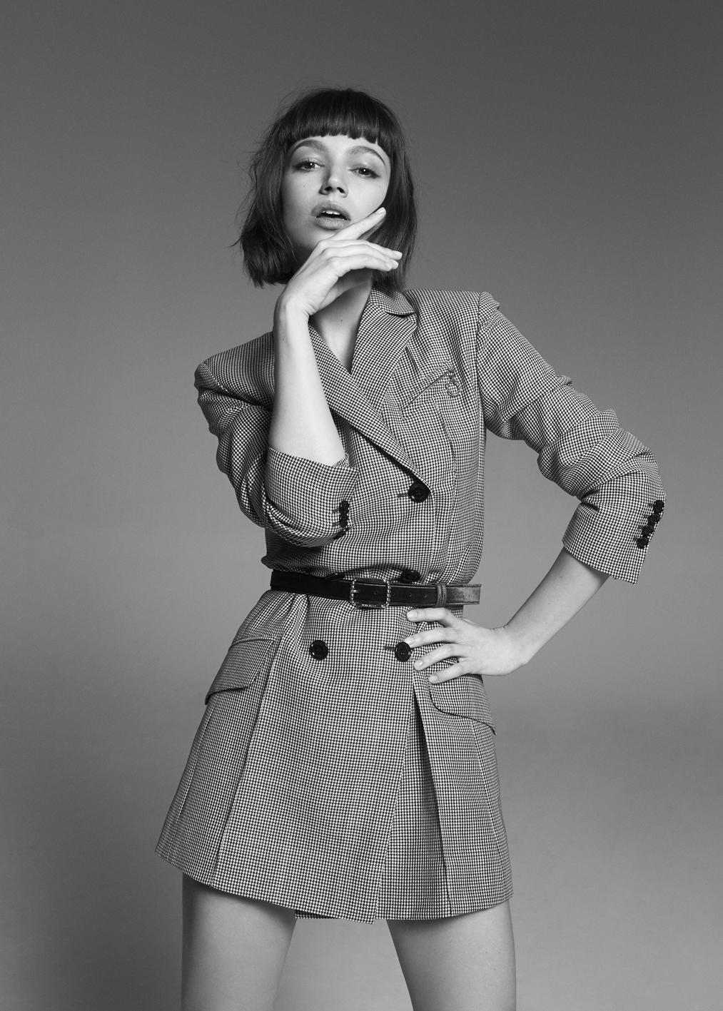 La actriz Úrsula Corberó lleva chaqueta cruzada en Príncipe de...