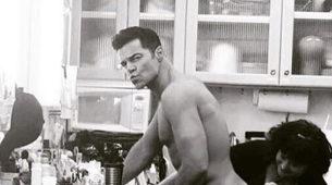 Ricky Martin en el backstage de Versace