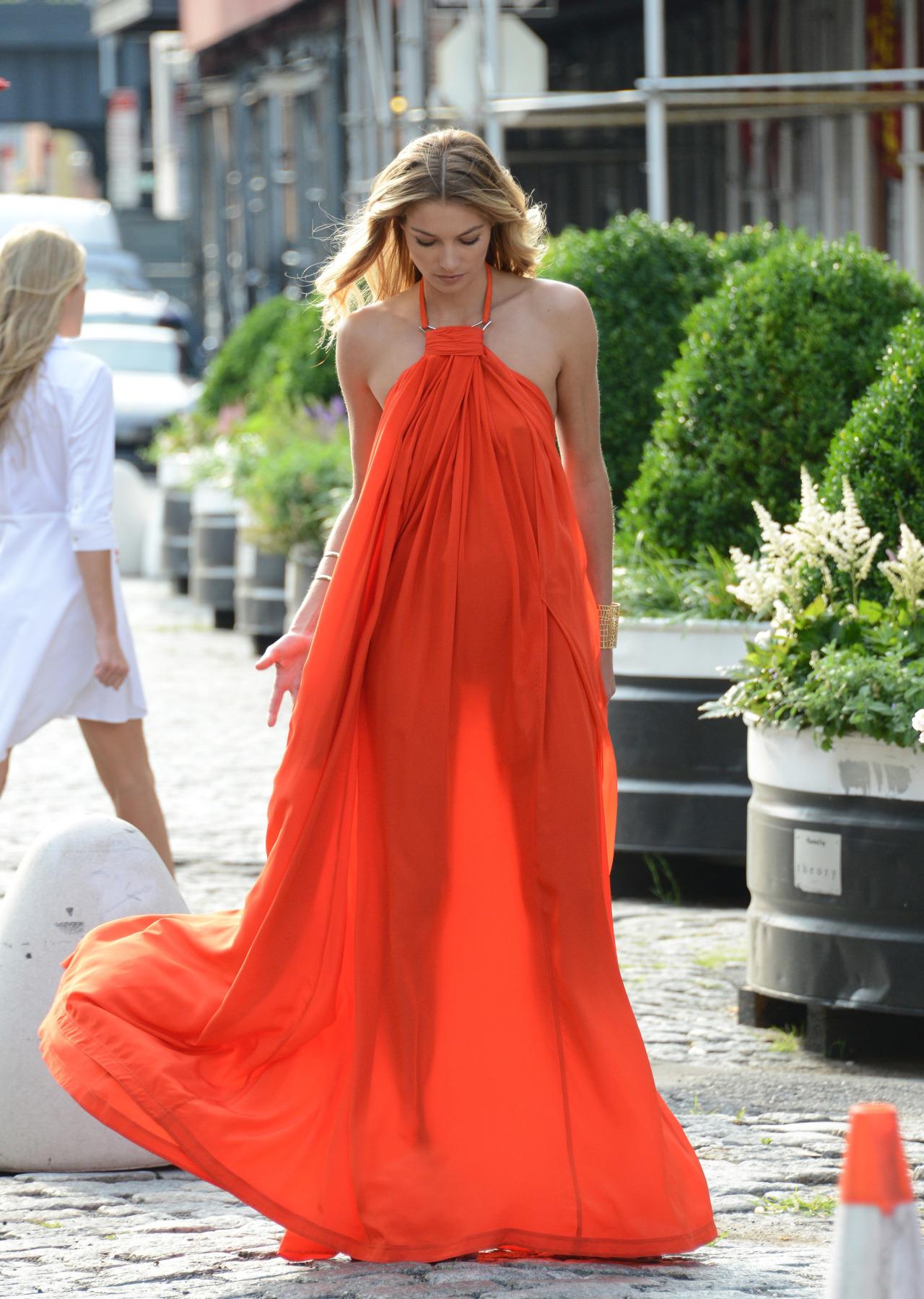 Jessica Hart luciendo el vestido perfecto de la temporada.