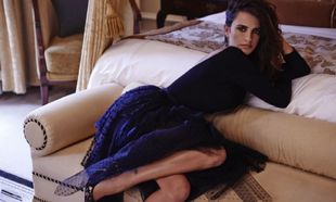 Penélope Cruz posa con un vestido azul recostada en un sofá en...