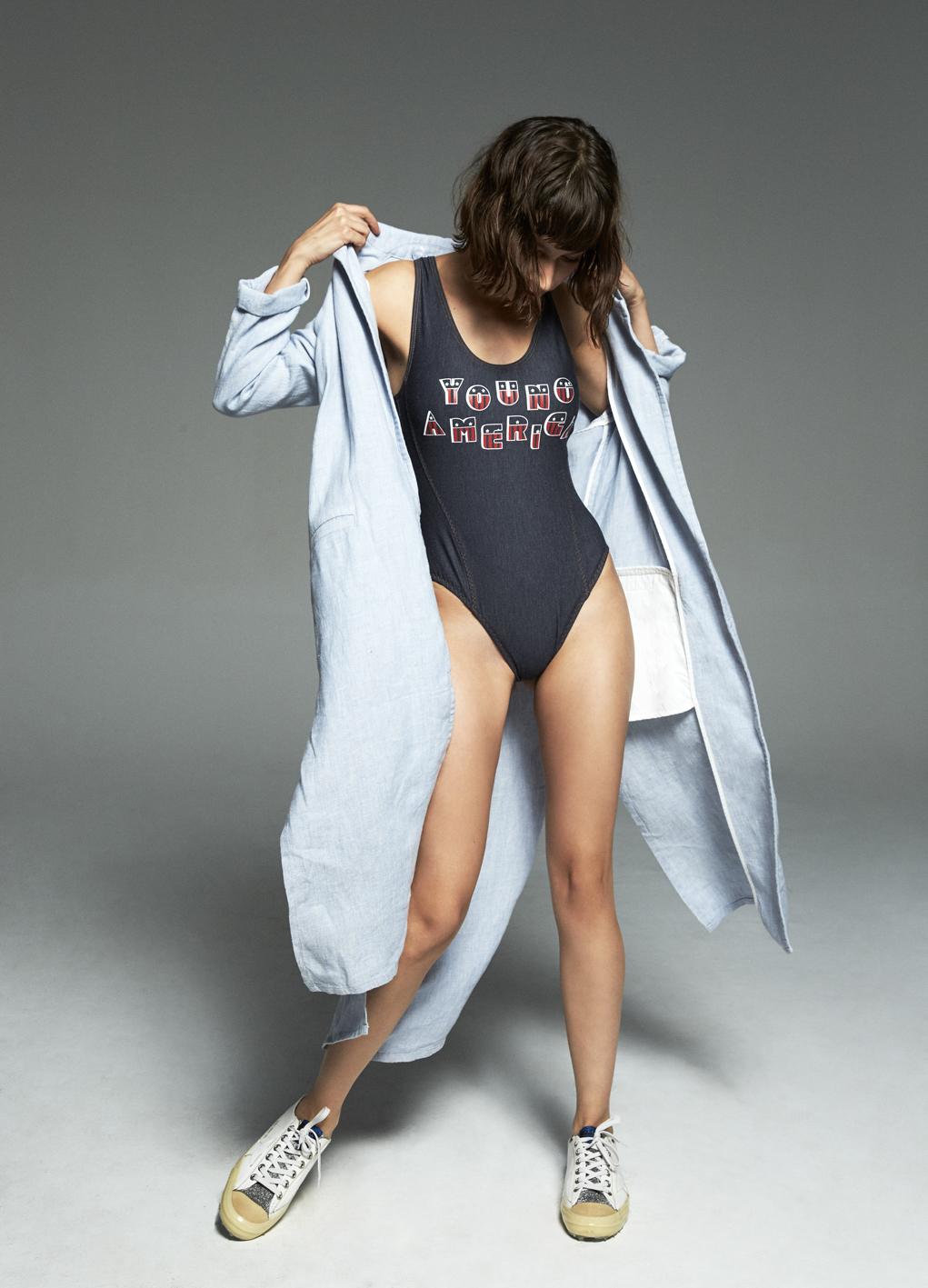 La actriz lleva traje de baño entero con serigrafía de TOMMY...