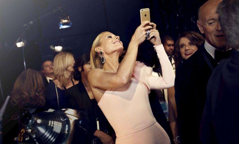 Paris Hilton con un iPhone