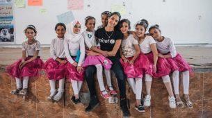 La modelo Jessica Kahawaty en el campo de refugiados de Zaatari, en...