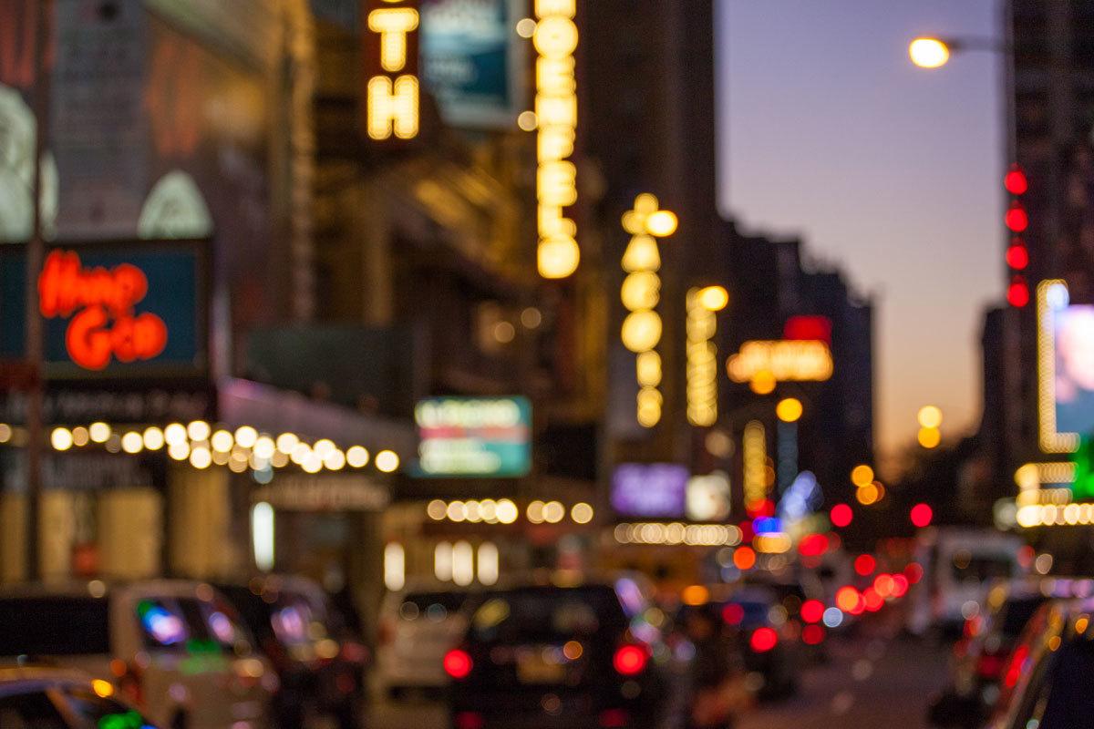 Los teatros de Broadway iluminados al anochecer.
