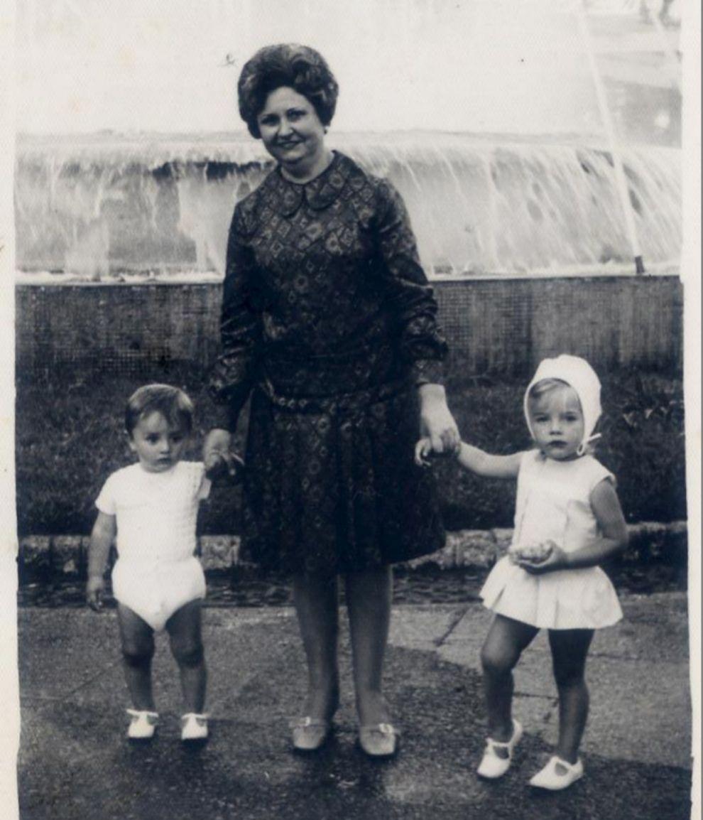 Julia Martínez (jefa de estilistas de TELVA) con su abuela paterna...