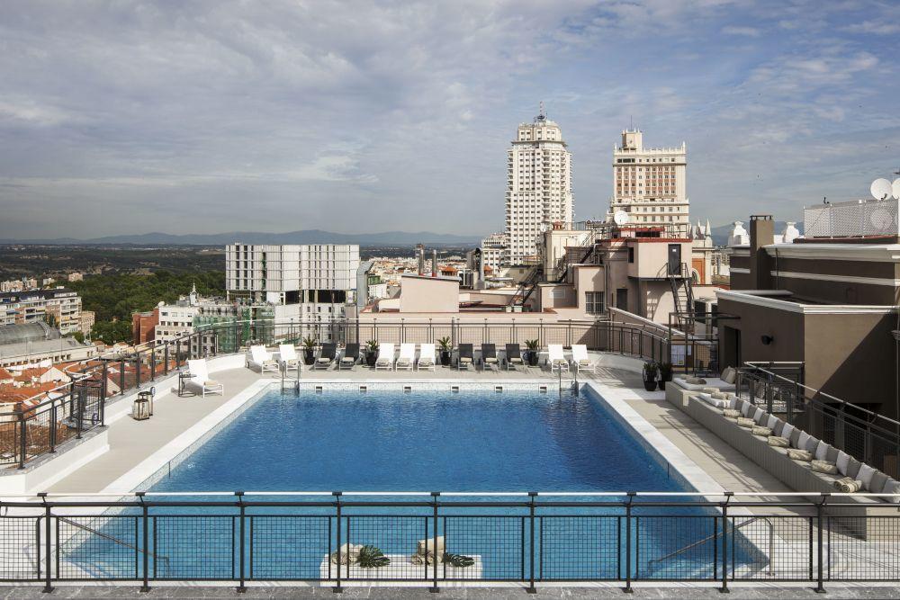 La nueva piscina del Hotel Emperador, con la torre de Madrid al fondo.