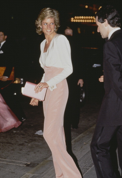 La princesa Diana lleva un traje bicolor  de su diseñadora gurú...