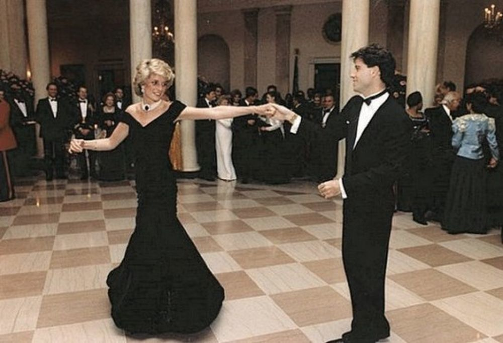 Lady Di y John Travolta bailando durante su visita a Casablanca