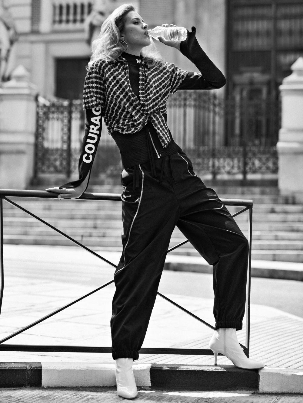Jersey con lema y camisa anudada de cuadros de Versace, pantalón...