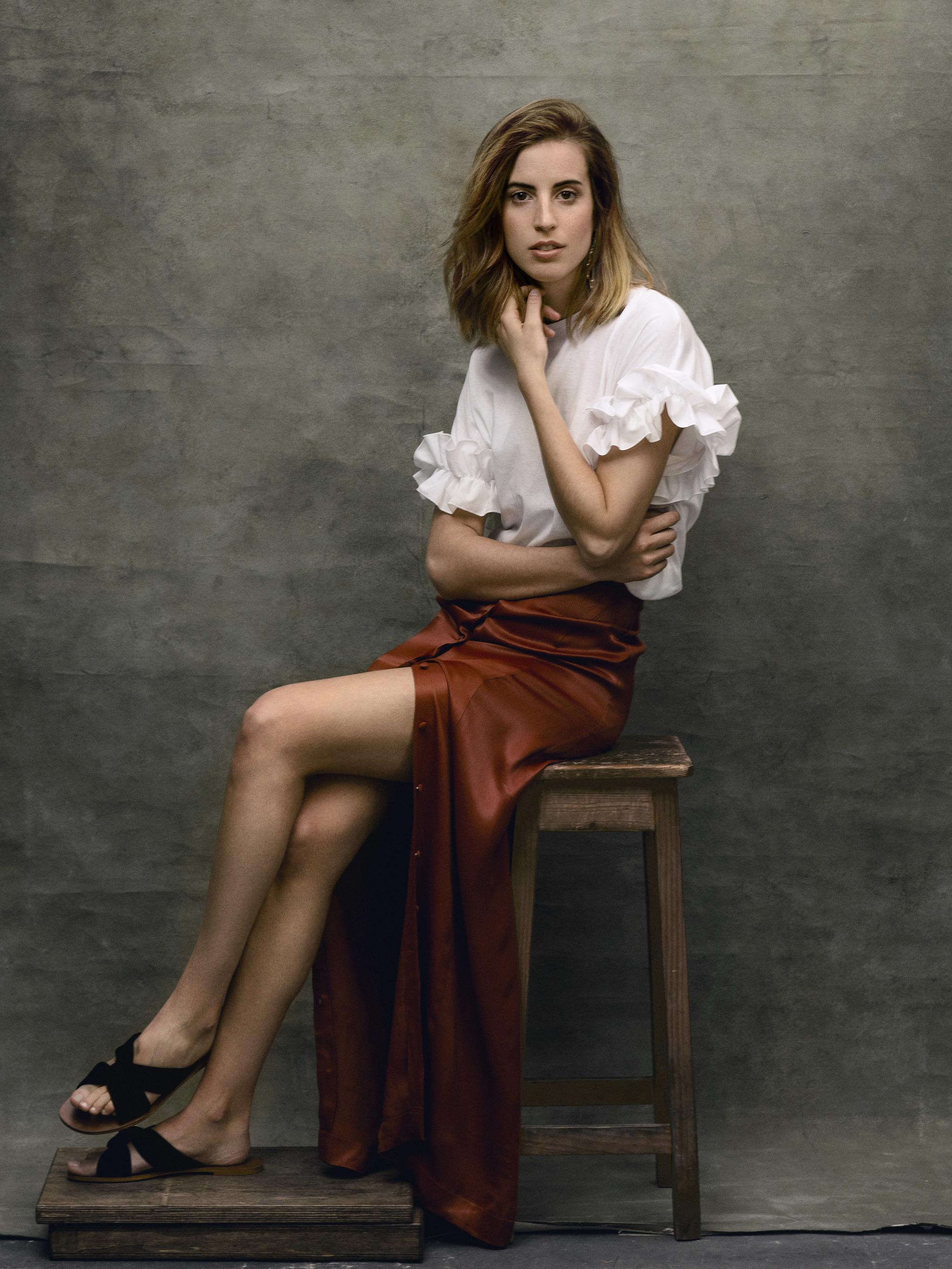 Berta Bernad lleva camiseta blanca de volantes, ZARA, falda de satén,...