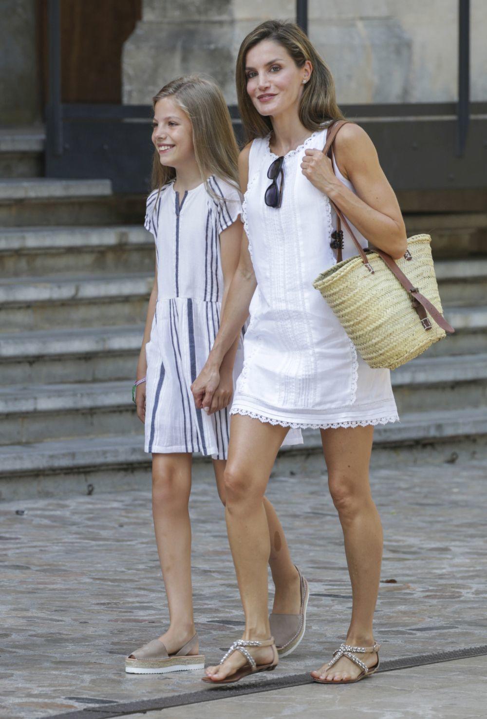 Doña Letizia de la mano de su hija la infanta Sofía paseando por...