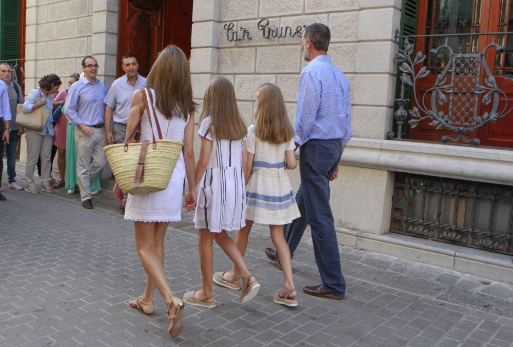 La Familia Real paseando por la localidad de Sóller durante sus...