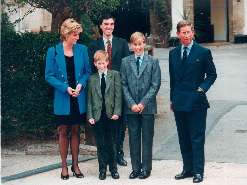 Diana de Gales junto a sus hijos y el príncipe Carlos