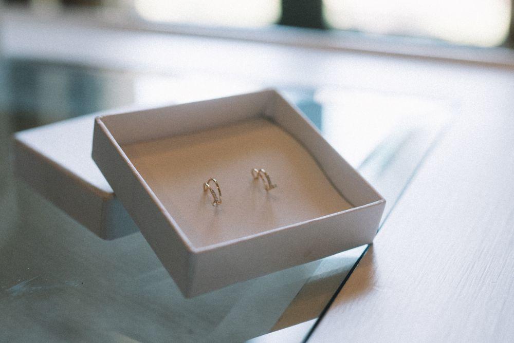 Los pequeños aros dobles con diamantes eran un regalo de los padres...