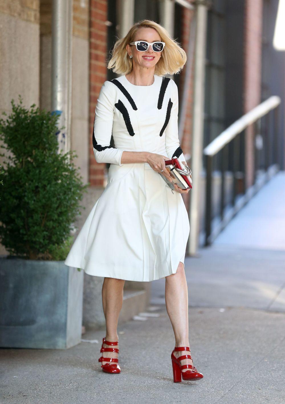 Naomi Watts protagoniza el look del día.