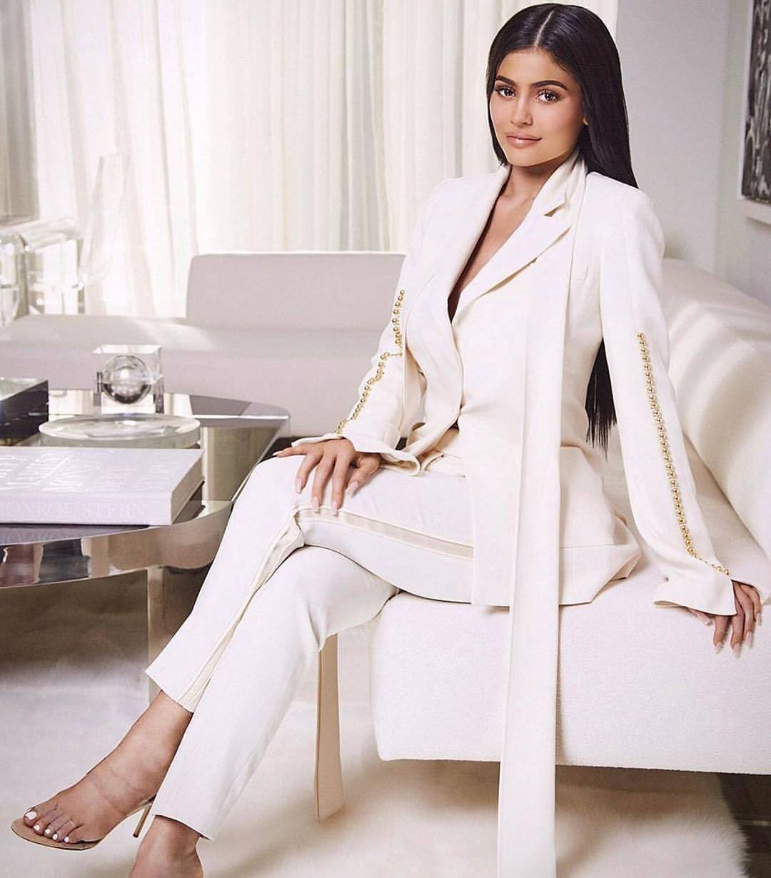 Traje pantalón-chaqueta, por Kylie Jenner