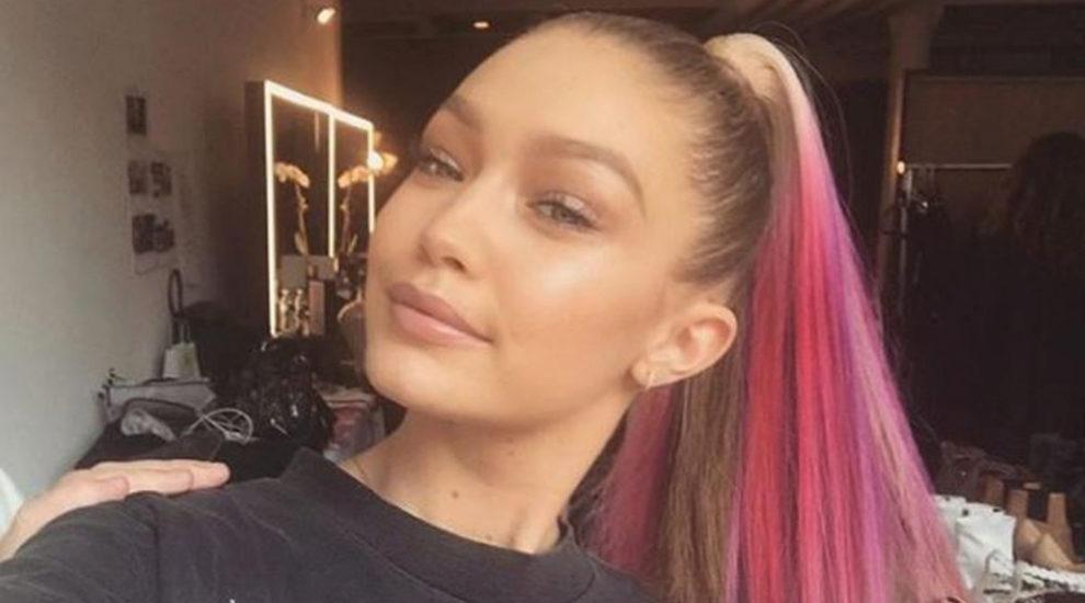 La modelo Gigi Hadid haciéndose un selfie con el pelo de color...