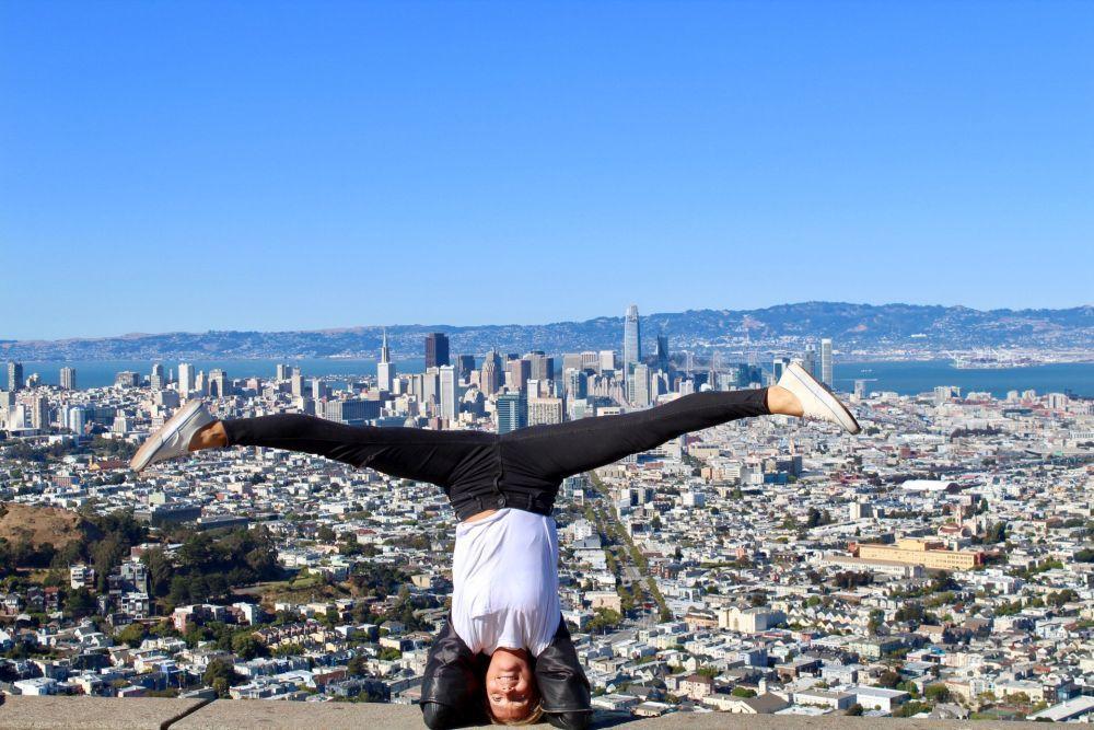 Lucía Liencres practicando yoga en California